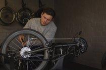 Молодих інвалідів людина відновлення візку на семінарі — стокове фото