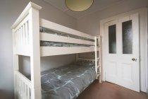 Letto double deck in camera da letto vuota a casa — Foto stock