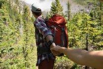 Пара держащихся за руки в солнечный день — стоковое фото
