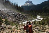 Couple debout sur une montagne — Photo de stock