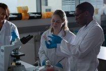 Wissenschaftlerteam diskutiert über Laborausstattung im Labor — Stockfoto