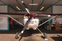 Estacionado en el hangar de aviones privados - foto de stock