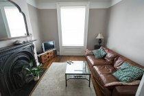 Сучасний інтер'єр вітальні вдома — стокове фото