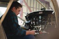 Vista lateral do cockpit de funcionamento do engenheiro — Fotografia de Stock