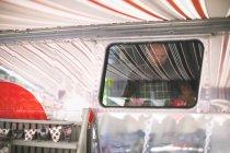 Cameriere maschio attento lavoro in camion cibo — Foto stock