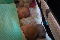 Geschwister schlafen zu Hause zusammen im Bett — Stockfoto
