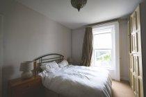 Posto letto in camera da letto vuota a casa — Foto stock