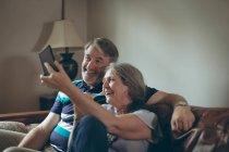 Щаслива пара старший беручи selfie на мобільний телефон вдома — стокове фото