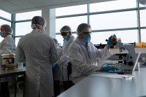 Scientifique masculin utilisant le microscope en laboratoire — Photo de stock