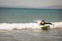 Серфер серфинг на морской воды в Солнечный день — стоковое фото