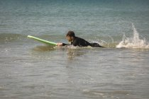Seitenansicht der Surfer Surfen auf Meerwasser — Stockfoto
