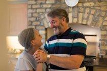 Pareja senior romántica bailando en casa - foto de stock