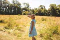 Porträt einer Frau im Park — Stockfoto