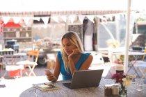 Mulher usando laptop no café ao ar livre — Fotografia de Stock