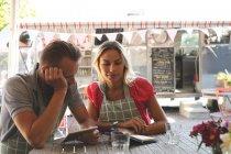 Giovani coppie che lavorano insieme nel caffè all'aperto — Foto stock