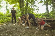 Apto para personas entrenando sobre carrera de obstáculos en el campo de entrenamiento - foto de stock
