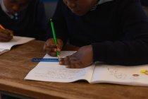 Школярі навчаються в класі в школі — стокове фото