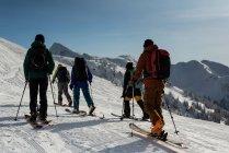 Група ходіння по снігові гори взимку лижники — стокове фото