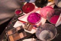 Закри різних фарби і макіяж box тримається на стіл — стокове фото