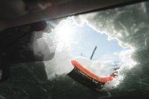 Nieve despejada del parabrisas del coche durante el invierno - foto de stock