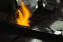 Close-up de metal a ser aquecido na oficina — Fotografia de Stock
