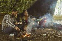 Щаслива пара розслаблюючій в таборі — стокове фото