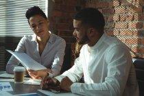 Dirigenti che discute sopra documento nella sala conferenze in ufficio — Foto stock
