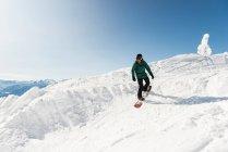 Лижник, катання на лижах на снігові гори взимку — стокове фото