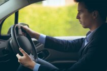 Homme d'affaires intelligent, conduire une voiture — Photo de stock