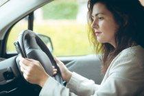 Geschäftsfrau mit Handy während der Fahrt Auto — Stockfoto