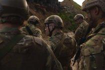Soldats militaires s'entraînant ensemble pendant l'entraînement militaire — Photo de stock