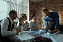 Руководители обсуждения на ноутбуке в конференц-зале, в офисе — стоковое фото
