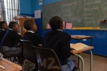 Étudiants en classe à l'école — Photo de stock