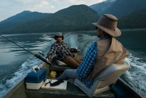 Due pescatori che pescano nel fiume in una giornata di sole — Foto stock
