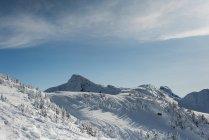 Schneebedeckte Berge im winter — Stockfoto