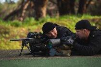 Військової солдатів навчання разом у військовий табір — стокове фото