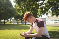 College student using mobile phone in campus — Stock Photo