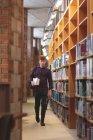 Junge Studentin mit einem Bücher in die Bibliothek gehen — Stockfoto