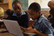 Schüler nutzen Laptop im Klassenzimmer — Stockfoto