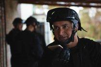 Військові solider говорити на мобільному телефоні під час військової підготовки — стокове фото
