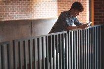 Jeune étudiant tablette numérique sur le campus — Photo de stock
