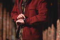 Человек, использующий умные часы в солнечный день зимой — стоковое фото