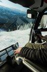 Homme conduisant un camion de chasse-neige pour nettoyer la neige en hiver — Photo de stock