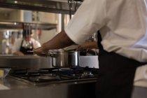 Жіночий шеф-кухар, приготування їжі на кухні в ресторані — стокове фото