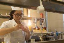 Жіночий гарніром кекси кухні в ресторані шеф-кухар — стокове фото