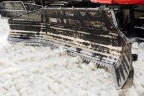 Camion chasse-neige nettoyant la neige pendant l'hiver — Photo de stock
