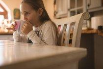 Vue latérale de fille buvant du café à la maison — Photo de stock