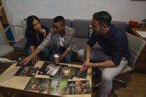 Colegas de negócios discutindo sobre uma foto no escritório — Fotografia de Stock