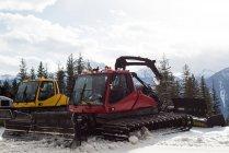 Moderner Schneepflug-LKW in der verschneiten Jahreszeit — Stockfoto