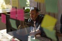 Aufmerksame männliche Führungskraft arbeitet im Büro am Computer — Stockfoto